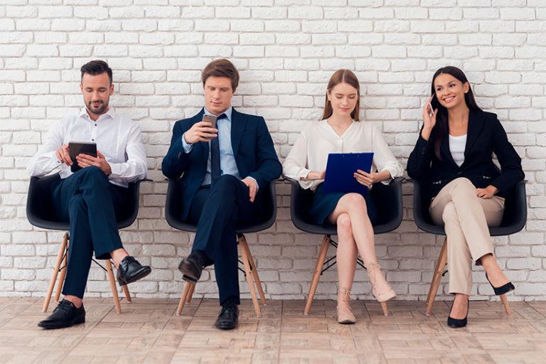 Jeunes candidats assis avant un entretien d'embauche