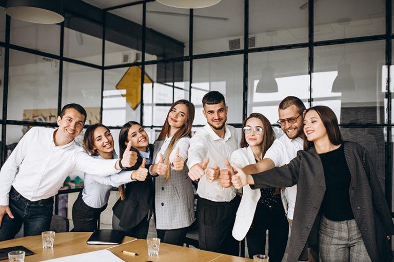 Groupe de personnes dans un bureau