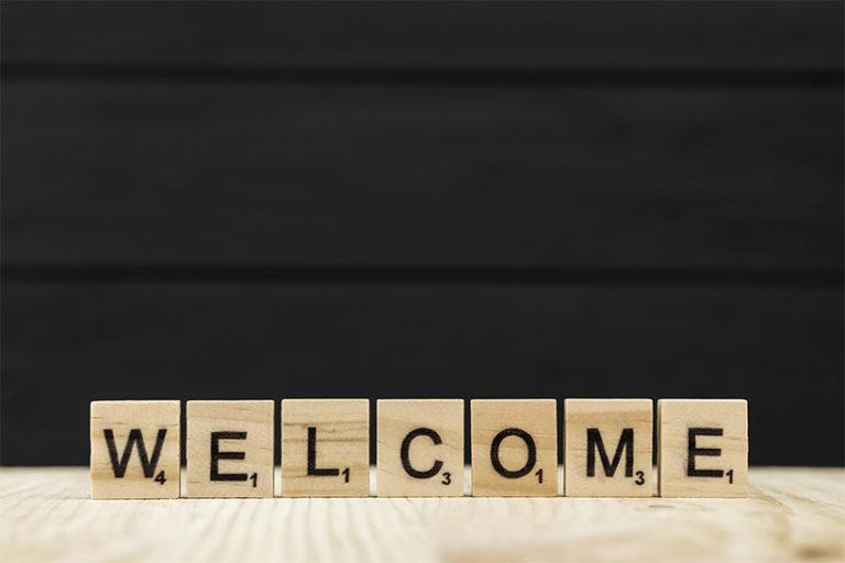 Le mot bienvenue orthographié avec des lettres en bois