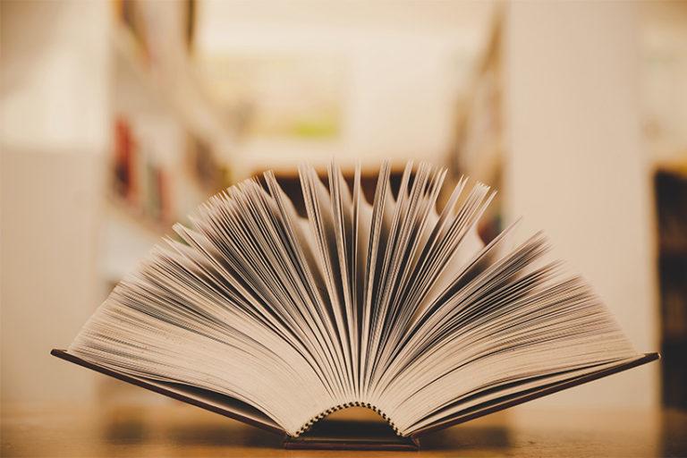 Dictionnaire ouvert sur le bureau